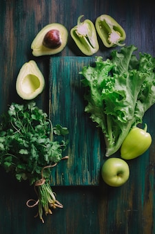 緑の野菜とまな板の配置