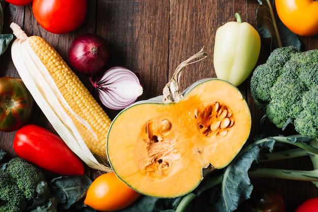 野菜の上面に囲まれたカボチャの半分