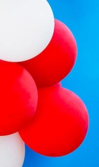 Различные воздушные шары на синем фоне крупным планом