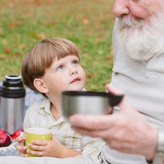 お茶を飲んでおじいちゃんと孫