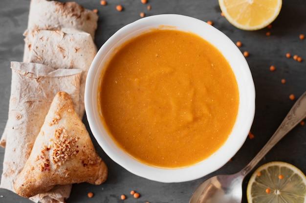 Плоский индийский суп с лимоном и питой
