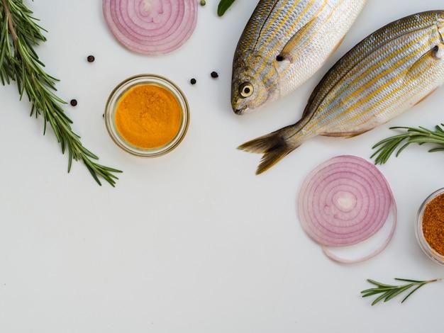 調味料と野菜のトップビュー魚