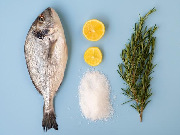 Свежая рыба с лимонами и зеленью