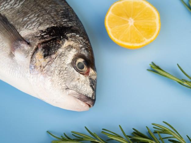 レモンの横にある新鮮な魚をクローズアップ