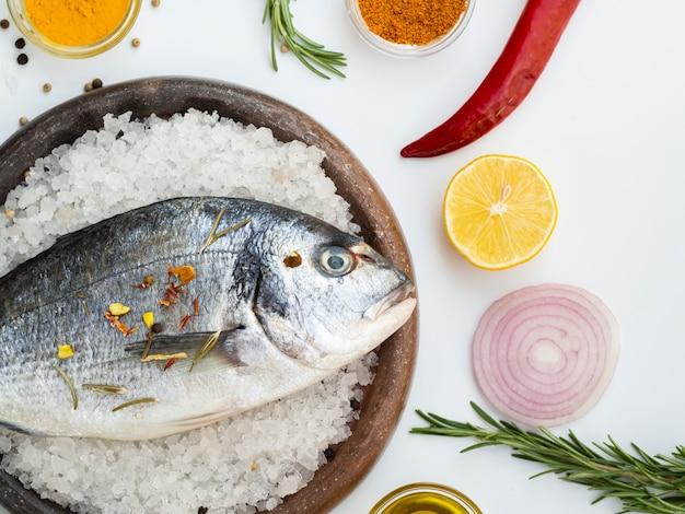 調味料の横にある氷の生魚