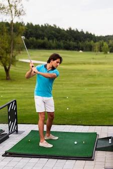 Портрет мужского игрока в гольф практикующих