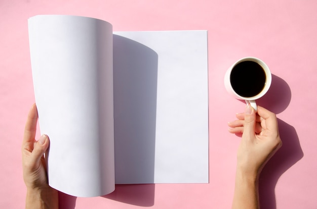 Вид сверху макет журнала с красочным фоном