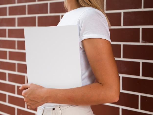 Женщина, держащая макет журнала