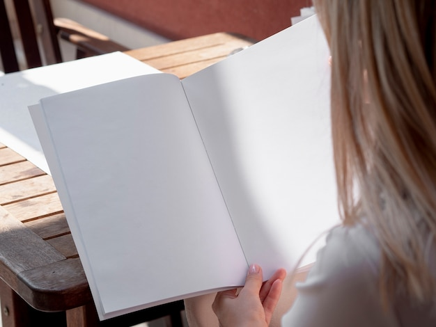 モックアップ雑誌を読んでクローズアップ女性