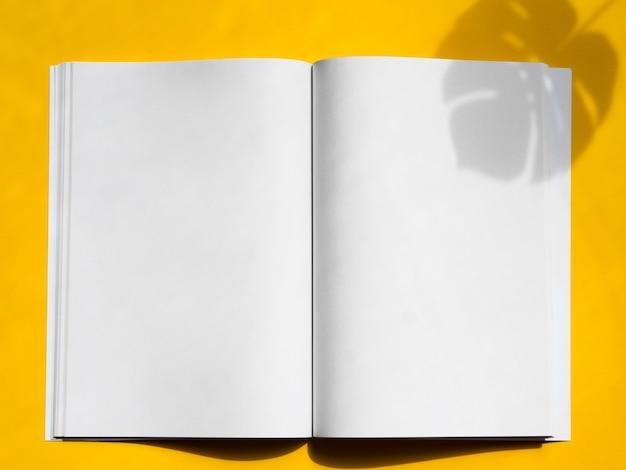 黄色の背景を持つトップビューモックアップマガジン