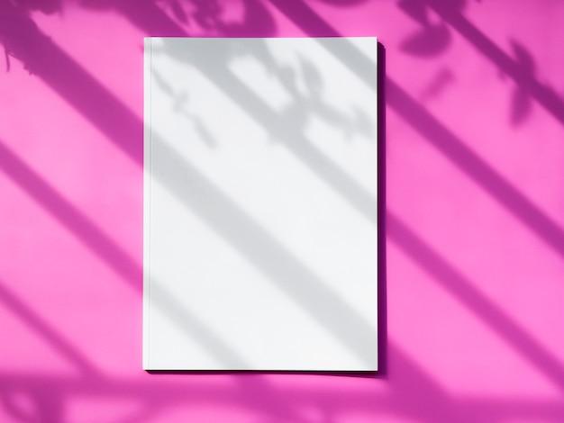 ピンクの背景のトップビューモックアップマガジン