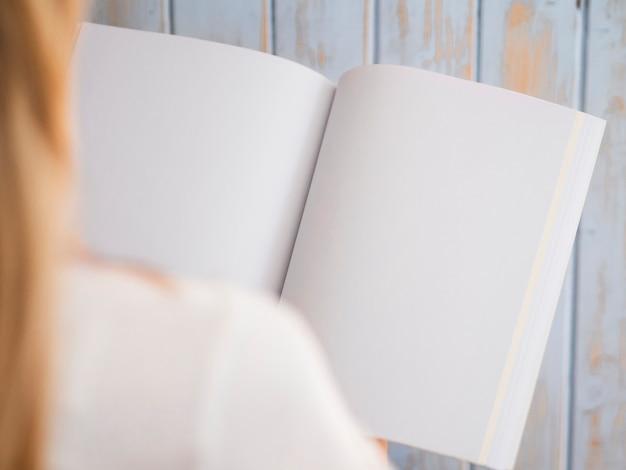 Крупным планом женщина, держащая макет журнала