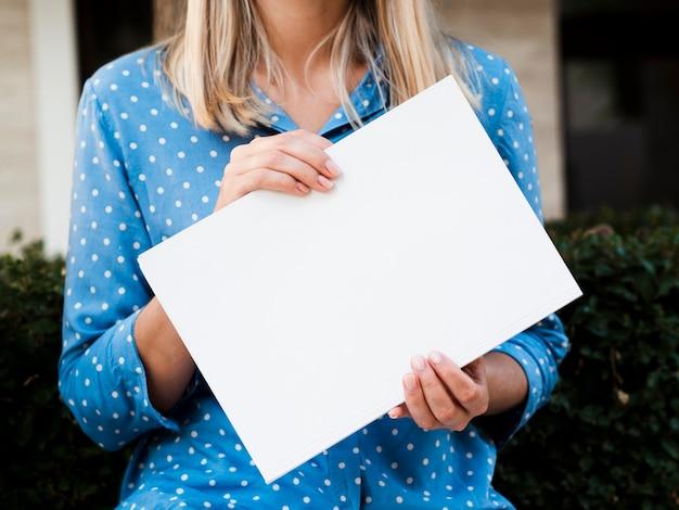 Женщина вид спереди держит журнал макет
