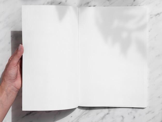 Вид сверху макет журнала с белым фоном