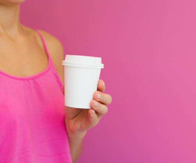 Крупным планом женщина с розовой рубашкой и копией пространства
