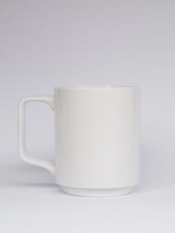 白い背景の上のマグカップの配置