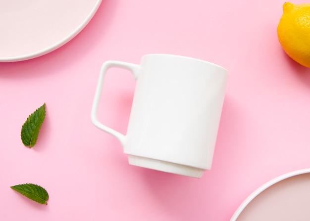 マグカップとピンクの背景のトップビューの品揃え
