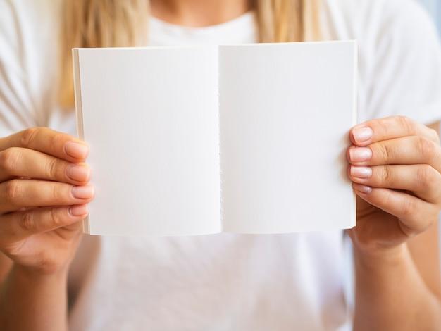 ノートブックとクローズアップの金髪女性