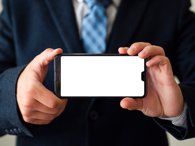 Макро руки держат телефон макет