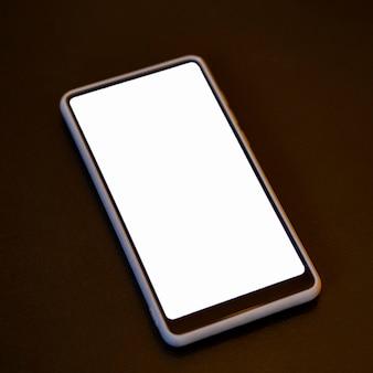 Телефон крупным планом с макетом белого экрана
