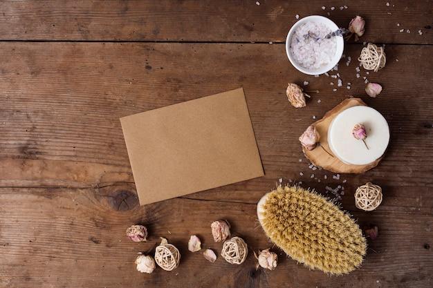 木製の背景に一枚の紙でトップビューの配置