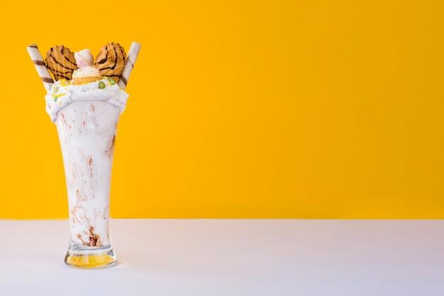 Вид спереди молочного коктейля с желтым фоном и копией пространства