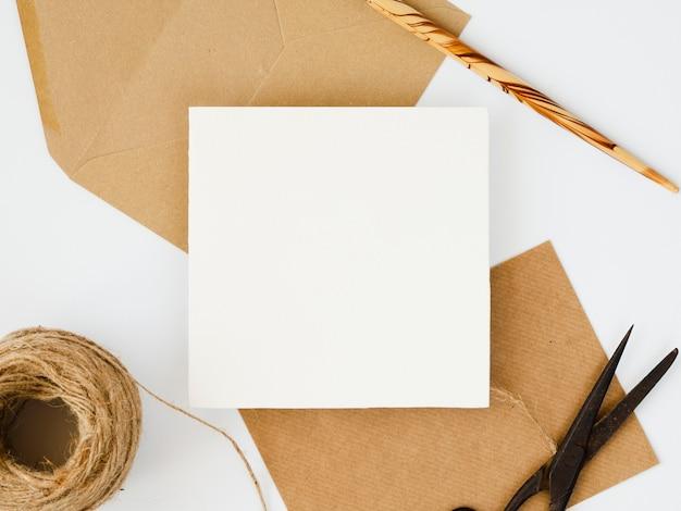 白と茶色の封筒の平面図の配置