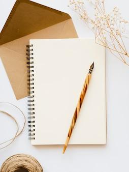 トップビューの空白のメモ帳と封筒