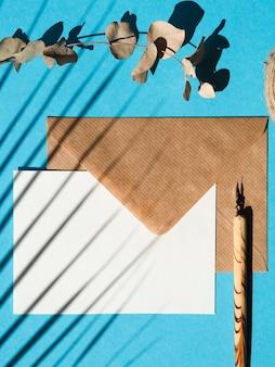 平らな青い背景の封筒を置く