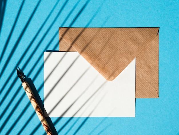 青色の背景の上面と封筒