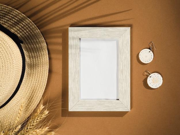Пальмовые тени со шляпой и солнцезащитными очками
