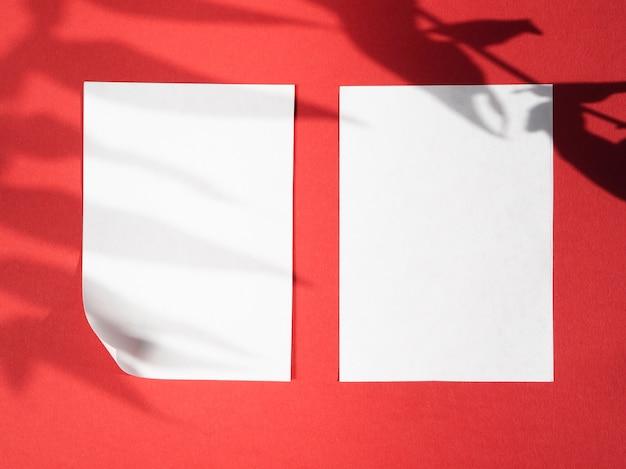 白い毛布と赤の背景に葉の影