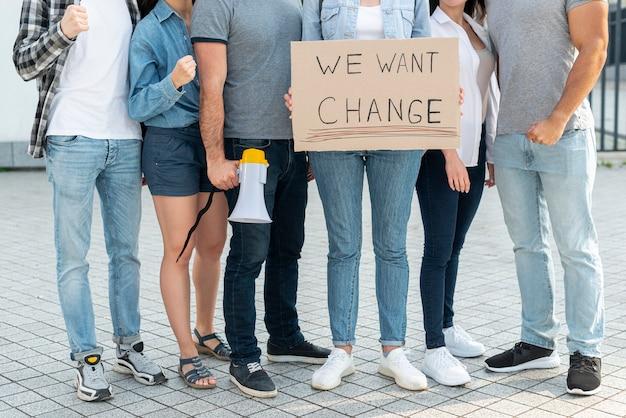 デモのために一緒に立っている活動家