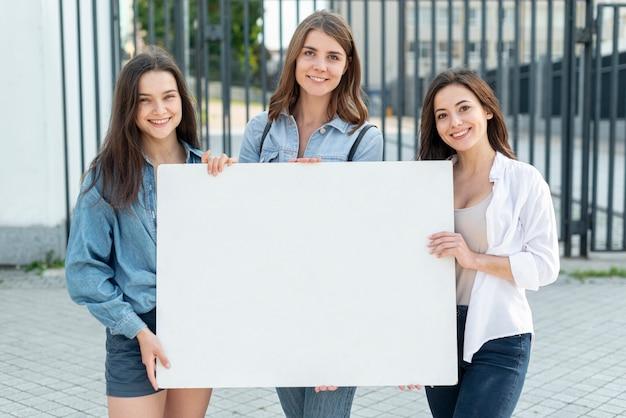 一緒に行進する女性のグループ
