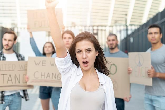 抗議で行進する人々