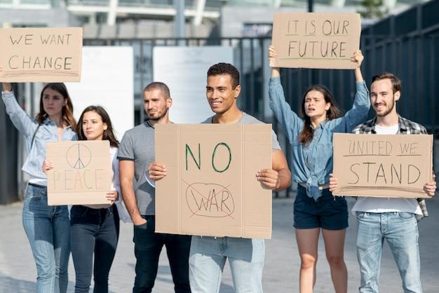 一緒に抗議している人々のグループ