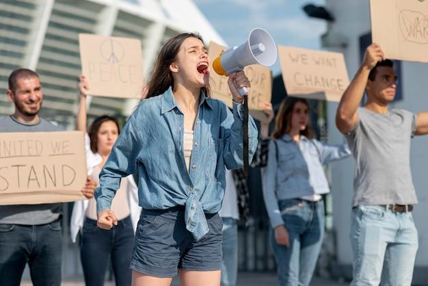 Сообщество марширует вместе ради мира