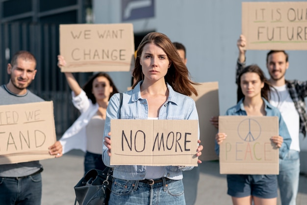 世界平和のために人々が集まる