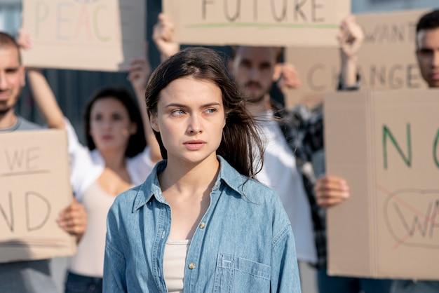 平和のためにデモを行う人々のグループ