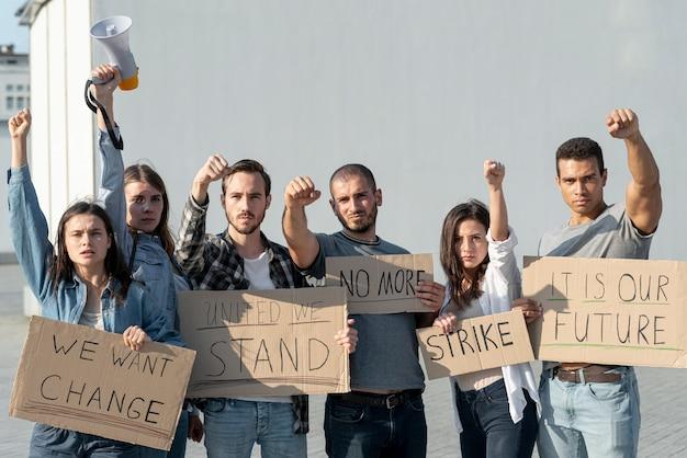 一緒に行進する抗議者のグループ