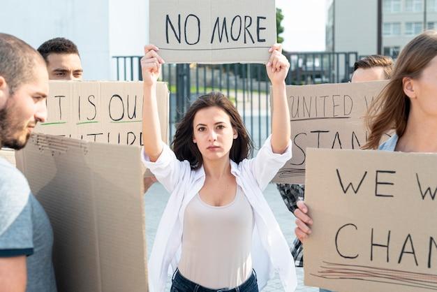 平和のために一緒にデモを行う活動家