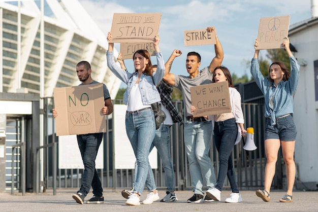 平和のために一緒に抗議している人々