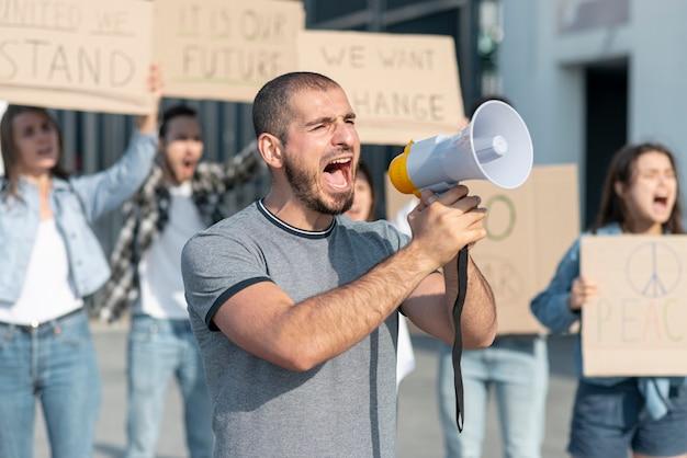 活動家がデモのために集まった