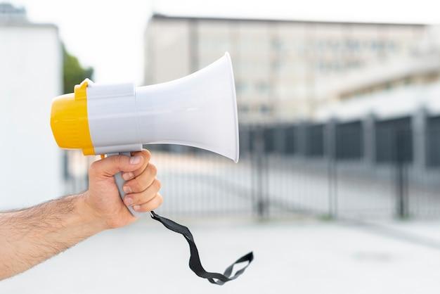 Макро протестующий держит мегафон
