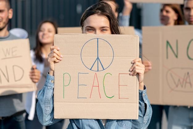 平和のために一緒に立っている活動家
