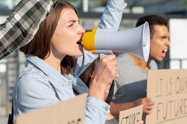 抗議で一緒に集まる人々のグループ