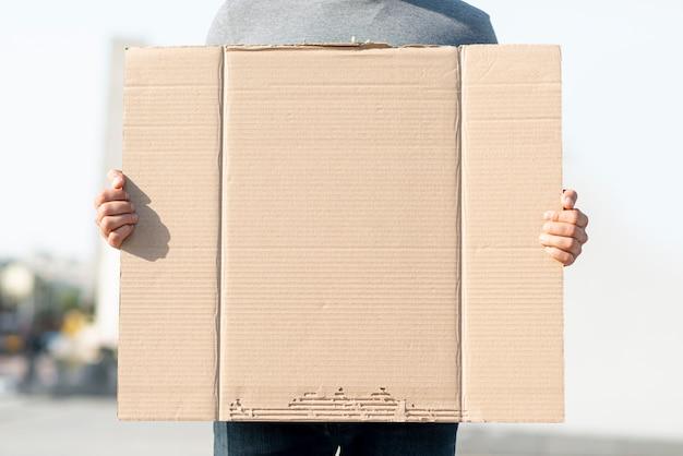Протестующий держит картон с макетом