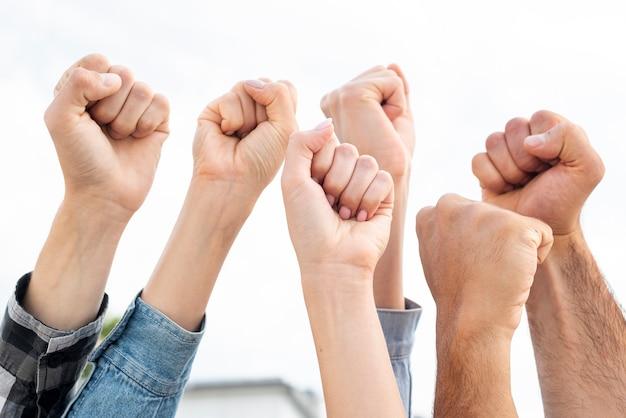拳を掲げている抗議者のグループ