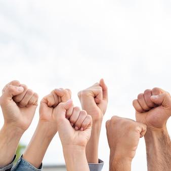 拳を掲げている活動家のグループ