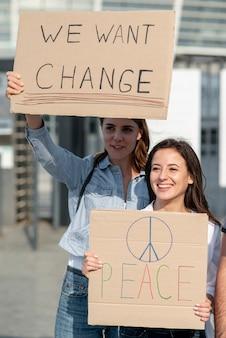 変更のために一緒にデモンストレーションする女性